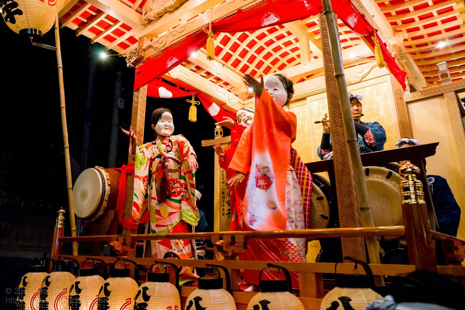 平井のお祭り、山車に乗っているおかめ