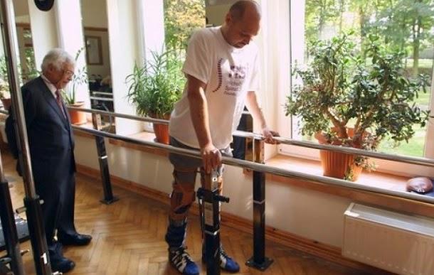 Homem paralisado caminha novamente após transplante de células