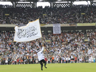 HTI Minta Pemerintah dan Militer Serahkan Kekuasaan untuk Khilafah, bagaimana pendapat muslim ??? Muktamar+Khilafah+2013-+bendera