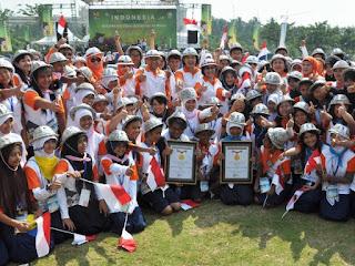 Aksi 2500 Anak Menggunakan Topi Daur Ulang Masuk Rekor Muri dan Dunia