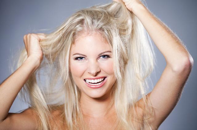 Como é a limpeza nos cabelos descoloridos?