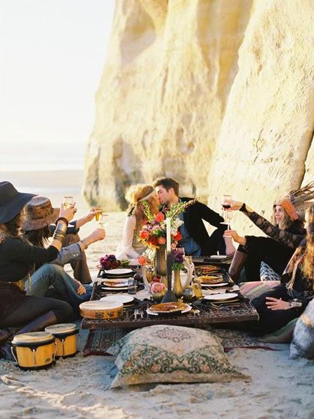 Grupa przyjaciół bawi się na plaży na party