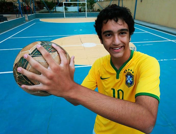 يمسك الكرة بيد بها ستة أصابع