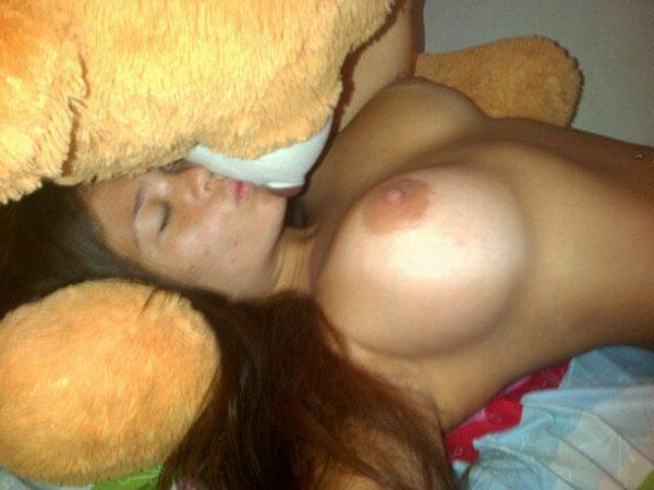 Jennifer Aboul Se Tomo Unas Esta Foto Ardiente Con El Oso Teddy