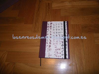 Cuaderno con goma realizado con la técnica del cartonaje