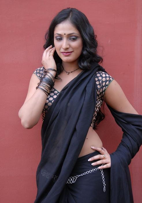 hari priya new saree actress pics
