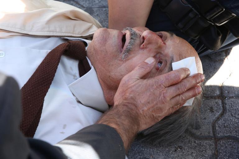 Εικόνες σοκ στην Ευελπίδων! ΜΑΤατζής που κυνηγούσε αντιεξουσιαστή «γκρέμισε» ηλικιωμένο από σκάλα!!
