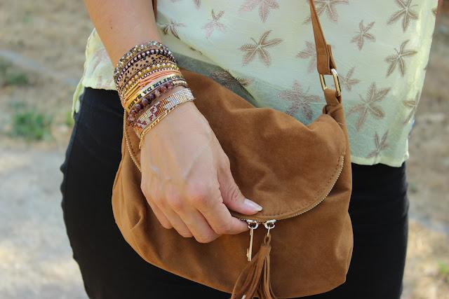 sandales bijoux / bracelet Hipanema / blouse jaune