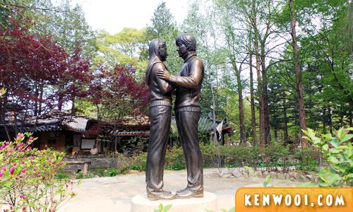 nami island couple statue