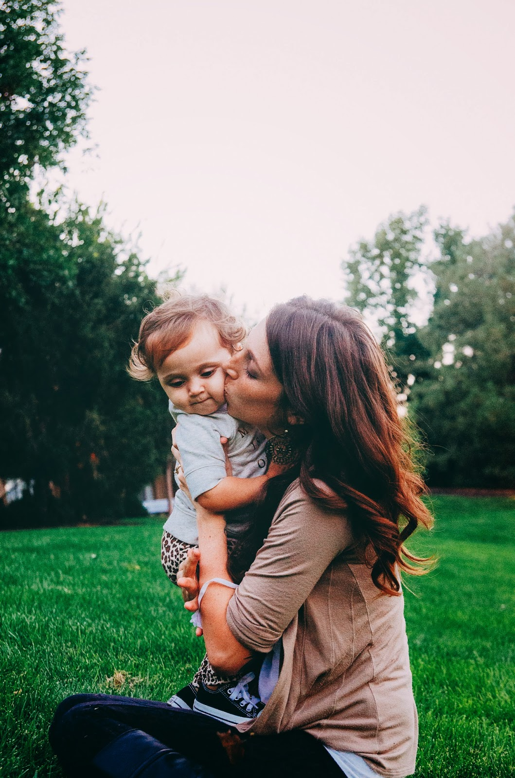 An Indianapolis family photographer is photographing cute vintage mommy-and-me sessions.