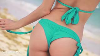 شارلوت ماكيني في صور مغرية بملابس البحر