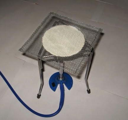 La rejilla de asbesto se debe colocar sobre el trípode y bajo el mechero.