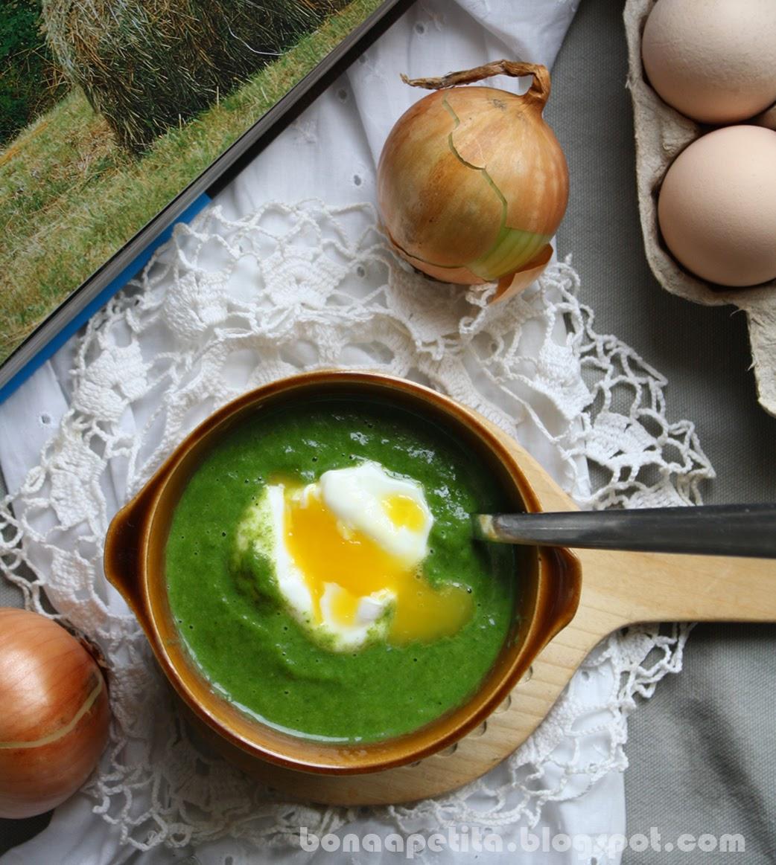 Zupa krem ze szpinaku z jajkiem w koszulce
