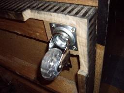 Detalle de la rueda y del mueble recortado