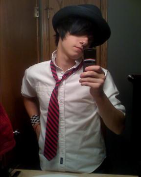 http://3.bp.blogspot.com/-bCu82awygDU/TcEEaFYyLBI/AAAAAAAAAPY/nC-Cyh7GGDI/s1600/fashion+emo+boy.jpg