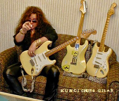 http://kuncichord-gitar.blogspot.com/2015/05/video-cara-belajar-teknik-gitar-style-yngwie-malmsteen.html