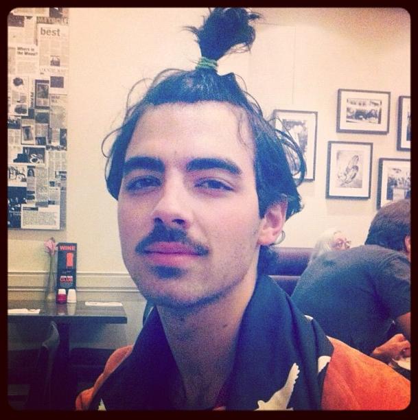 Joe Jonas recientemente publicó una foto en Instagram con un nuevo peinado divertido.