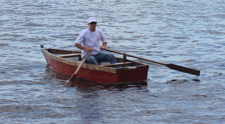 Самодельная лодка на трассе контрольного заплыва