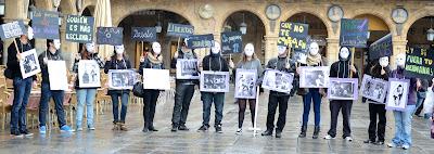 gente con carteles contra la violencia de género