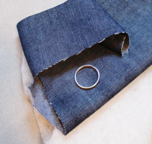 tkanina jeansowa, szyjemy brelok,brelok do kluczy krok po kroku, jak uszyc brelok skrzydełko