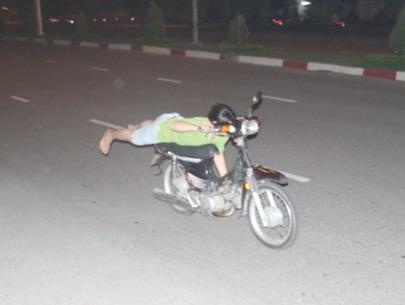 Đua tốc độ trên đường băng, 7 thanh niên gặp nạn