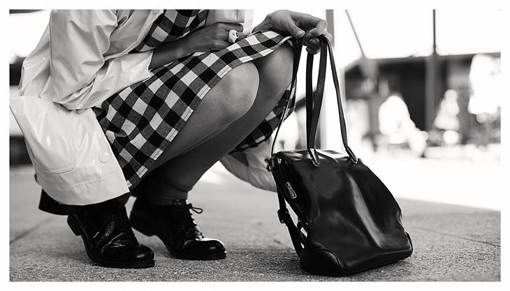 photographie, détails de la tenue, richelieues noires, chaussettes grises, robe à carreaux, ciré petit bateau, sac à dos noir