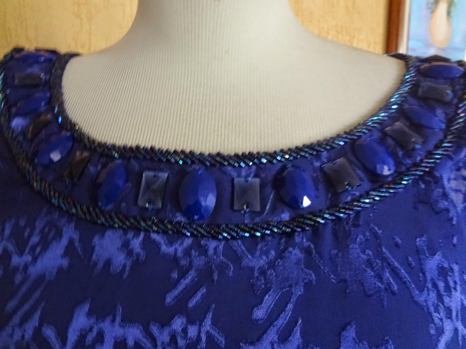 Vestido azul bordado em pedraria
