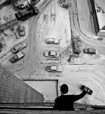 foto blanco y negro de un hombre y autos