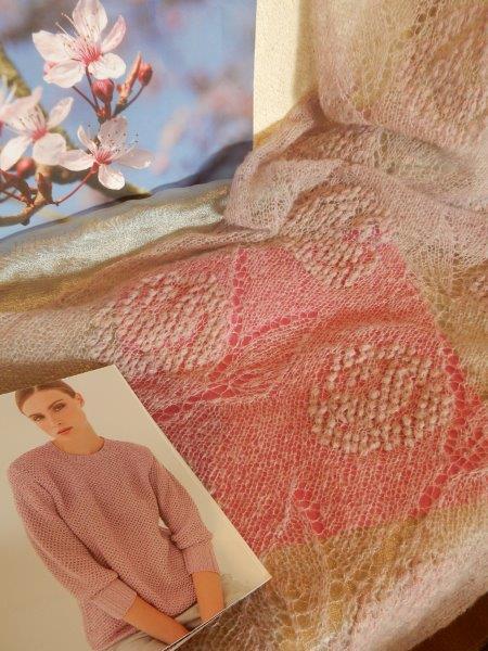 TE KOOP:rose shawl. Met bloemen ingebreid