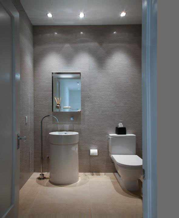 Modern toilet in the Modern Villa by Touzet Studio