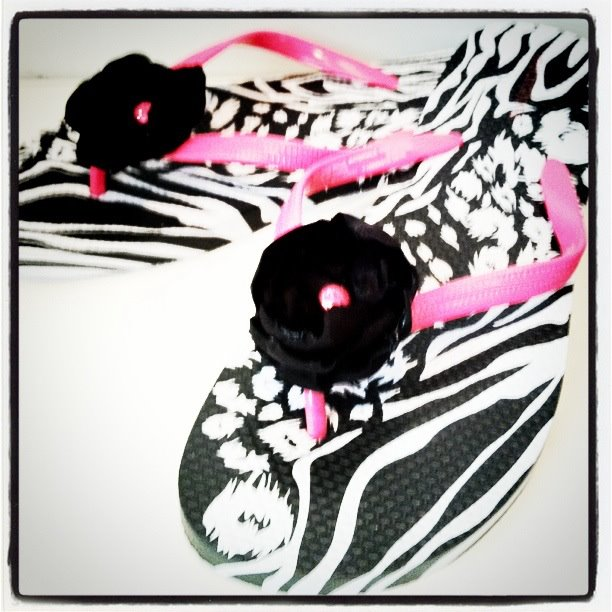 crafts for summer: flower embellished flip flops tutorial