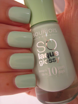 Bourjois-Amande-Defile-pitachio-green-nail-polish-pastel