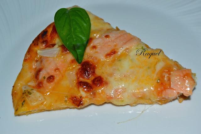 Pizza De Salmon Y Cebolla Con Salsa De Ajo Y Perejil Y Perlas De Mozarella