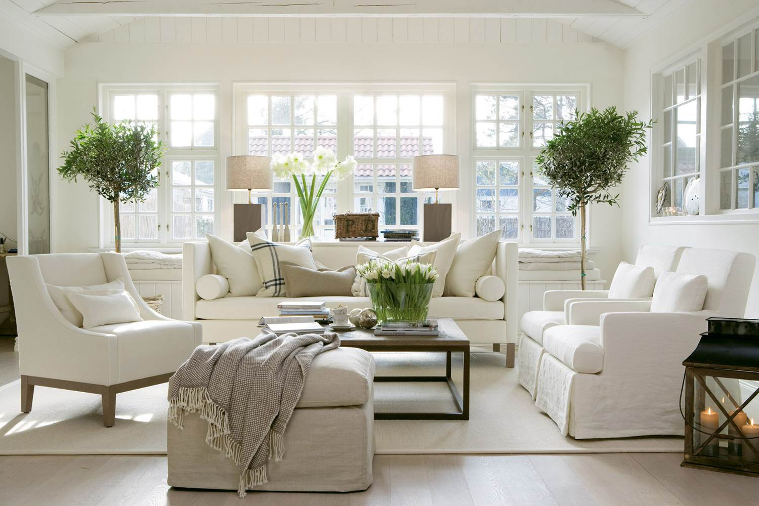Coastal style christmas at the hamptons for Hamptons beach house interiors