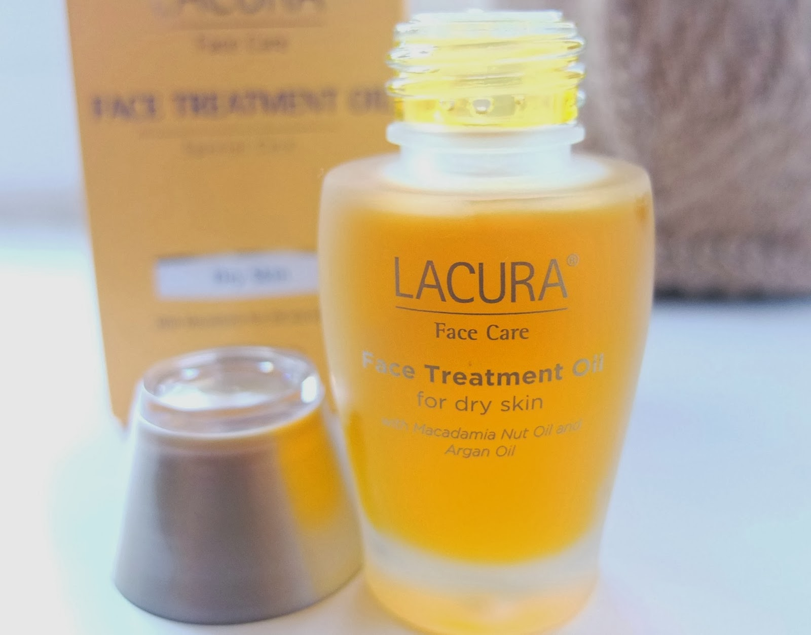 A review of the Aldi Lacura Facial Oil. A budget beauty moisturising oil with for a brilliant price.