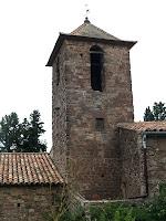 Campanar de Sant Feliu de Rodors amb el pou pluvial als seus peus