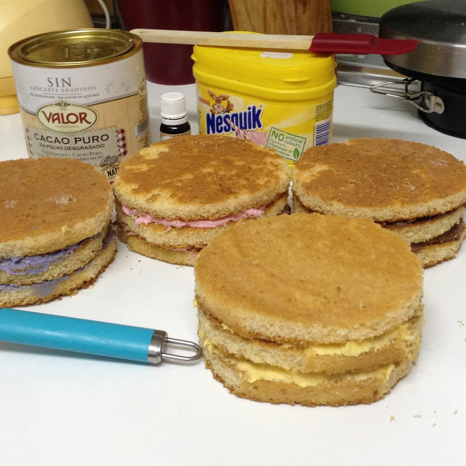 Bizcochos con diferentes rellenos de crema de mantequilla