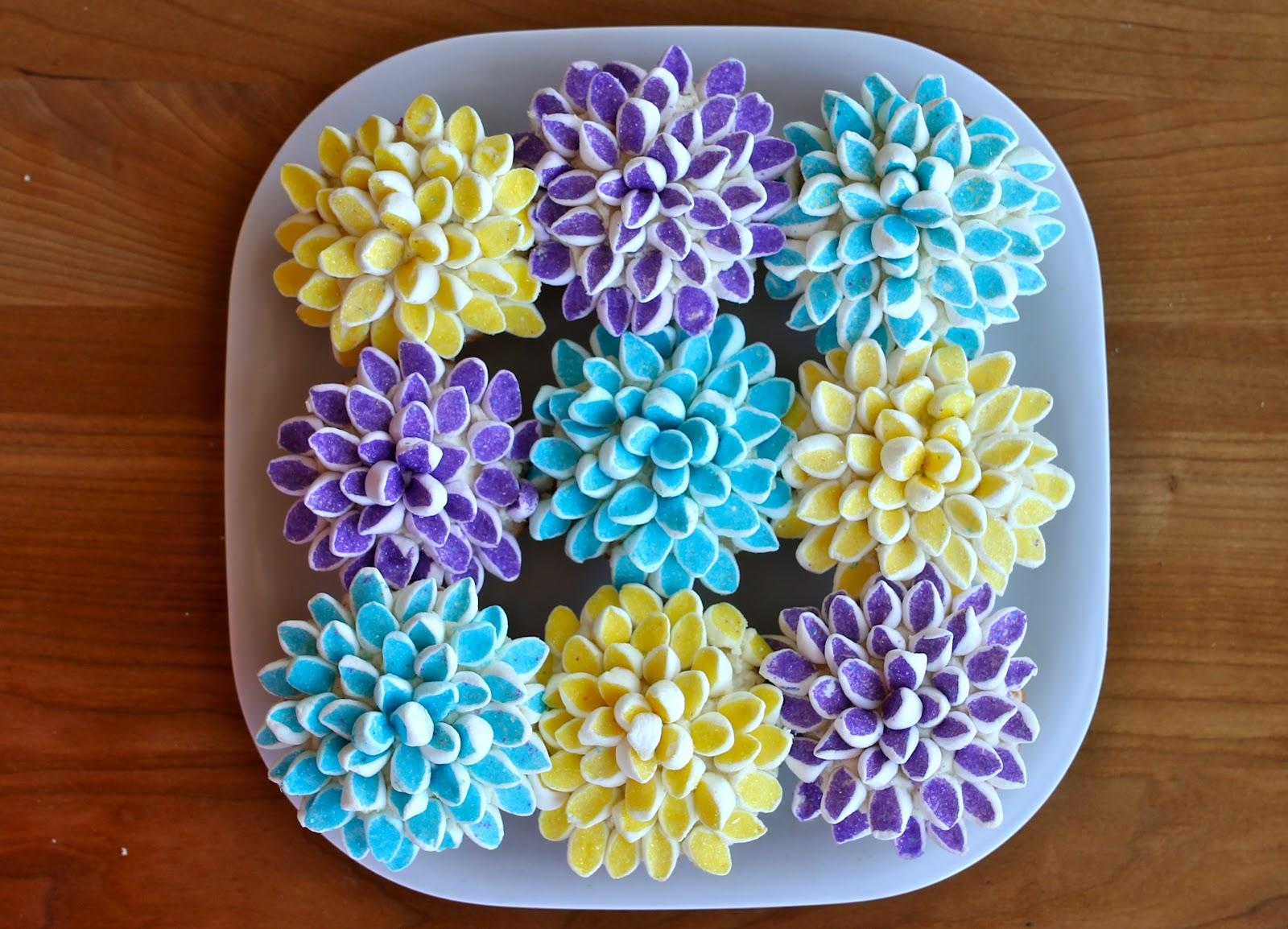 Cake Decorating Marshmallow Flowers : Yammie s Noshery: Marshmallow Flower Cupcakes