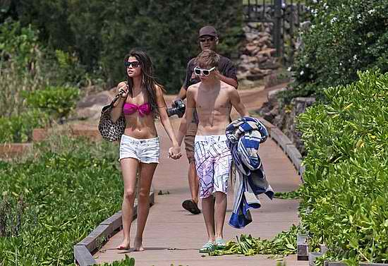 pics of selena gomez and justin bieber at the beach. hair Justin Bieber And Selena