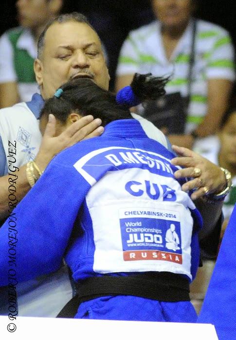 El entrenador de judo,  Ronaldo Veitía,  abraza a  Dayaris Mestre,  tras derrotar a la campeona olímpica Sarah Menezes, de Brasil, en una semifinal de los 48 kilogramos,  durante la primera jornada del Grand Prix de Judo de La Habana, con sede en el Coliseo de la Ciudad Deportiva, el 6 de junio de 2014.