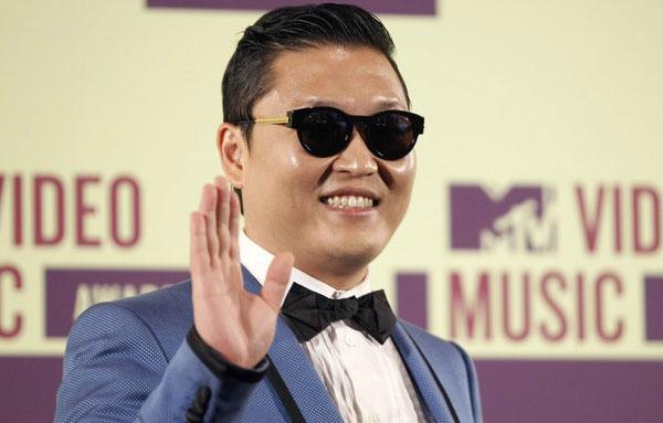PENYANYI rap Korea Selatan, Psy bergambar di belakang pentas selepas menyampaikan satu anugerah pada Anugerah Muzik Video MTV di Los Angeles pada Khamis lalu.