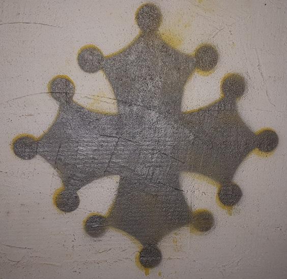 Peinture à la bombe avec pochoir sur un mur