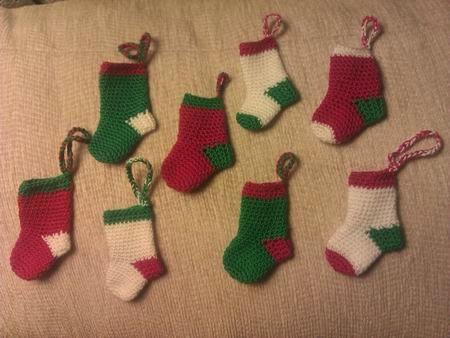 unos cuantos calcetines navideños listos para regalar