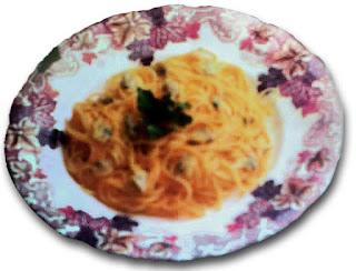 Plato de espaguetis o tallarines, con una hojita de albahaca