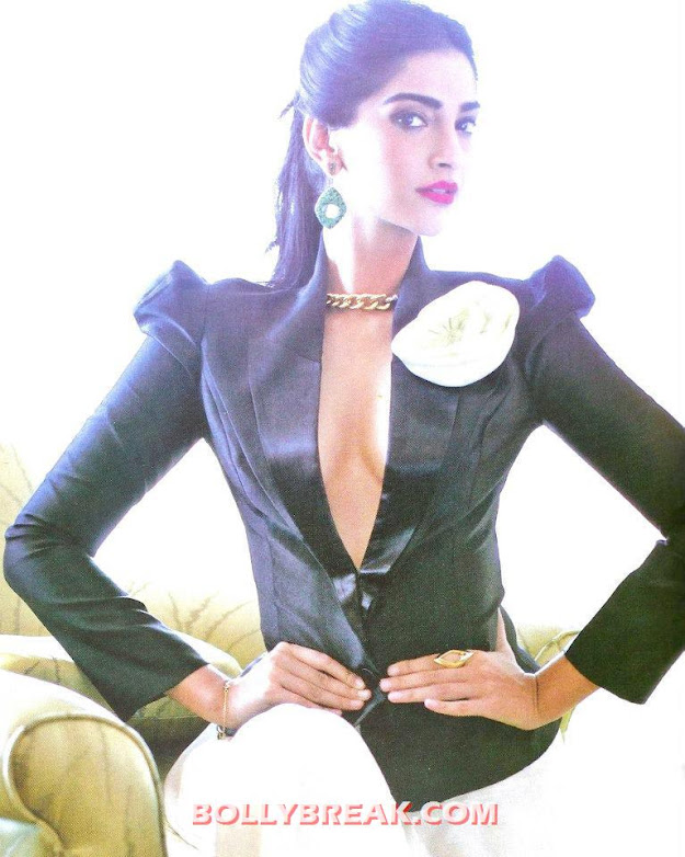 Sonam kapoor is not wearing any bra in this hot photo - Sonam kapoor hot Photo in Sexy Dress