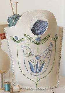 http://www.todomanualidades.net/2012/09/como-hacer-una-cartera-para-bordados/