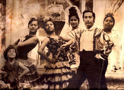 Foto con Concepción Uichanco, Josefina Marquez, Elvira Domingo, Guillermo Gómez Rivera, Rosa Pineda y Mayén Gómez de Lizares