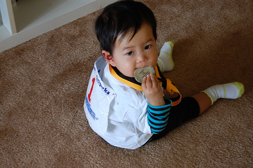 メダルをかじる赤ちゃん