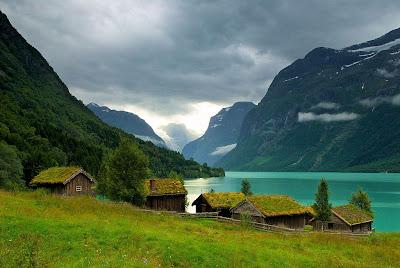 Casitas Lago Montañas Neblina