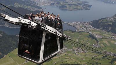 SEJUMLAH orang menaiki kereta kabel yang tidak berbumbung di kawasan pergunungan Stanserhorn dekat Lucerne semalam.